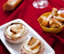 Fondue aux fromages en chapeaux de champignons, croutons à l'ail