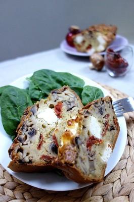 Cake aux champignons tomates confites et féta